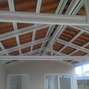 Estrutura metálica para telhado de varanda
