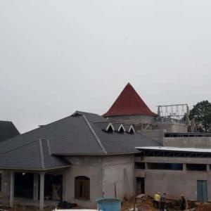 Montagem de estrutura metálica para telhado